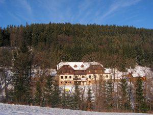 Hotel Górski i Domek zimą