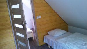 łóżko po prawej i lewej